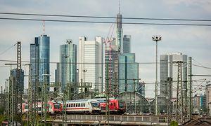 Frankfurt am Main, Skyline und Hbf mit ein- und ausfahrenden Reisezügen