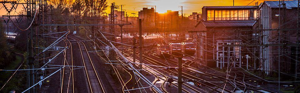 Sonnenuntergang im Vorfeld des Frankfurter Hbf