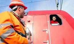 Triebfahrzeugführer und Rangierleiter im Gespräch