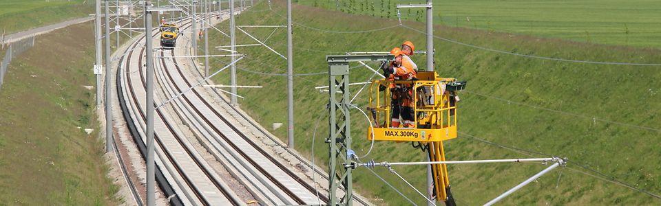 VDE8.2 Neubaustrecke Erfurt - Leipzig/Halle: letzte Arbeiten an der Oberleitung nahe Halle (Saale)