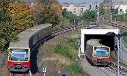S-Bahn Berlin, elektrische Triebwagen der Baureihe ET 481 im Gleisvorfeld des Bahnhofs Bornholmer Straße