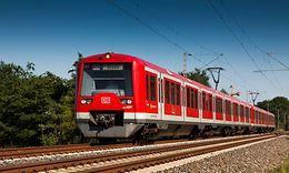 Auf dem Weg nach Stade rollt ein Triebwagen der Hamburger S-Bahn (Baureihe ET 474) mit Wechselstrom