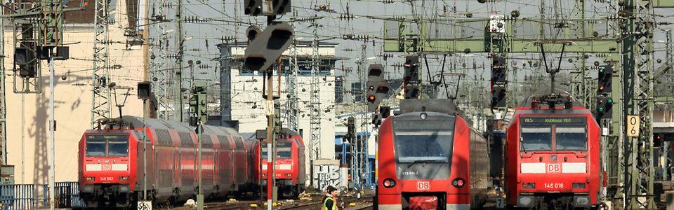 Köln Hbf, 4 Regionalzüge nebeneinander unterwegs
