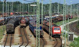 Blick über die Ausfahrgruppe des Rangierbahnhofes München Nord mit Ellok der Baureihe 182.0 und Güterwagen