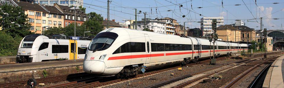 Fernverkehrszug und Nahverkehrszug vor dem Mainzer Hbf