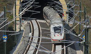 Einfahrt in einen Tunnel: ICE 4 auf einer Schnellfahrstrecke unterwegs
