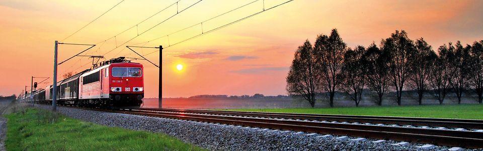 Zug auf Gleis im Abendlicht